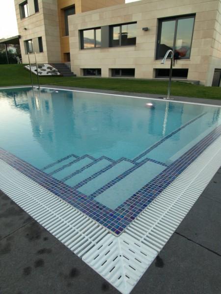 Equipamientos atagua for Escaleras de piscina